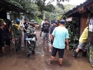 มทบ.33 จัดกำลังพลทหารจิตอาสาเร่งช่วยชาวดอยสะเก็ดประสบภัยน้ำท่วมโคลนถล่ม
