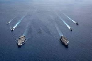 ภาพกลุ่มเรือรบที่นำโดยเรือบรรทุกเครื่องบิน ยูเอสเอส โรนัลด์ เรแกน (CVN-76) และเรือ ยูเอสเอส นีมิตซ์ ในทะเลจีนใต้เมื่อวันจันทร์ที่ 6 ก.ค. 2563  (CVN 68) (ภาพโดยกองทัพเรือสหรัฐฯ ผ่านสำนักข่าวเอพี)
