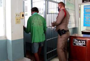 คอตกเข้าคุก! ตร.แจ้งข้อหาหนักลูกทรพีเมากระทืบแม่ชราน่วมส่ง รพ. ยกมือไหว้ขอโทษอ้างเมา