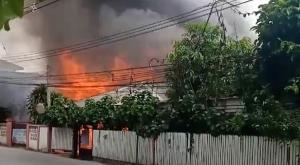 ระทึก! ไฟไหม้บ้านไม้ตรงข้าม อ.อ.ป.กลางเมืองลำปางวอดสองหลังซ้อน