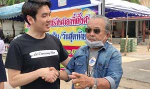 ภาพ นายปิยบุตร กับคุณลุง ที่ขออย่าแตะพระมหากษัตริย์ จากเฟซบุ๊ก Suphanat Aphinyan