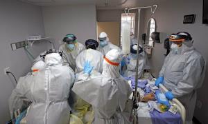 นพ.โจเซฟ แวรอน (ขวา) นำทีมบุคลากรทางการแพทย์ พยายามรักษาชีวิตของคนไข้ผู้หนึ่ง ทว่า ไม่ประสบความสำเร็จ ณ หน่วยไวรัสโคโรนา ของศูนย์การแพทย์ยูไนเต็ด เมโมเรียล เมดิคอล เซนเตอร์ ในเมืองฮิวสตัน รัฐเทกซัส เมื่อวันจันทร์ 6 ก.ค. รัฐเทกซัสกำลังมีคนไข้โควิด-19 ต้องเข้ารักษาตัวในโรงพยาบาลเพิ่มขึ้นกว่าเท่าตัวในช่วง 2 สัปดาห์ที่ผ่านมา