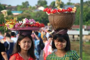 """""""เด็กประแป้ง"""" ยุวทูตตัวน้อยบนสะพานไม้ที่ยาวที่สุดของไทย มนต์เสน่ห์ของการท่องเที่ยวสังขละบุรี"""