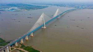 สะพานเชื่อมขึงเมืองหนานทงและเมืองจางเจียกั่ง ทอดตัวข้ามแม่น้ำแยงซีในมณฑลเจียงซู ภาพวันที่ 1 ก.ค. 2020--ซินหัว