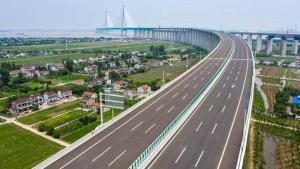 สะพานขึงสองประสงค์เชื่อมเมืองหนานทงและเมืองจางเจียกั่ง ที่ทอดตัวข้ามแม่น้ำแยงซีในมณฑลเจียงซู  รองรับการคมนาคมสองรูปแบบคือ ทางรถยนต์ และทางรถไฟ ภาพ วันที่ 1 ก.ค. 2020--ซินหัว