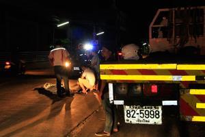 หนุ่มโรงงานขับป๊อปชนท้ายรถสิบล้อจอดช่องทางขวาสุดเสียชีวิต