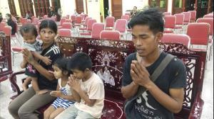 สวดศพคืนแรกเด็กชายวัย 6 ปี ใน จ.จันทบุรีเสียชีวิตปริศนาท่ามกลางความโศกเศร้า