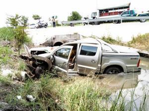 รถพ่วงล้อหลุดกระแทกปิกอัพเคราะห์ร้ายตกลงคูน้ำย่านถนนราชพฤกษ์-ปทุมธานี คนขับดับคาที่ เด็ก 7 ขวบ เจ็บ 2