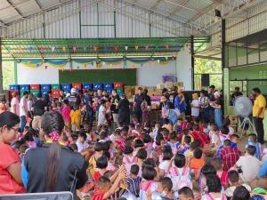"""ชาวสุพรรณฯ แห่ขอบคุณ """"ตูน บอดี้สแลม"""" และทีมงาม นำอุปกรณ์กีฬาพร้อมเลี้ยงอาหารเด็กๆ ในโรงเรียน-ชุมชนถิ่นทุรกันดาร"""