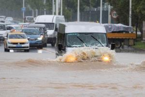 สภาพน้ำท่วมบนถนนในเมืองอู่ฮั่น มณฑลหูเป่ย หลังจากที่ฝนตกหนักหลายวัน ภาพเมื่อวันที่ 6 ก.ค. 2020 (แฟ้มภาพรอยเตอร์ส)