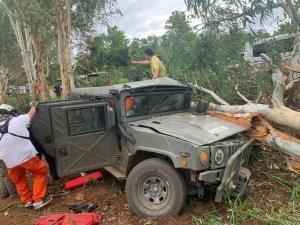 สลด! ฮัมวี่ทหารฝ่าฝนถนนลื่นชนต้นยูคาฯ ริมทางพบพระ นายทหารเสียชีวิต 1 เจ็บสาหัส 2