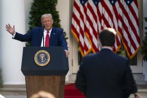 ประธานาธิบดีโดนัลด์ ทรัมป์ ของสหรัฐฯ ขณะแถลงข่าวที่สวนกุหลาบ ของทำเนียบขาว ในวันอังคาร (14 ก.ค.)