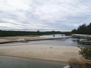 ชาวบ้านระทม น้ำทะเลขังทำหอยนางรมไม่โต วอนรัฐช่วยตักทรายเปิดปากคลอง