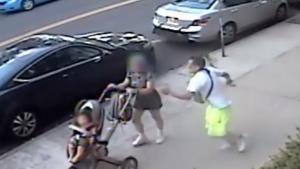 โคตรชั่ว! ตร.สหรัฐฯ ตามล่าไอ้โหด แทงผู้หญิงกำลังเข็นรถทารกกลางวันแสกๆ (ชมคลิป)