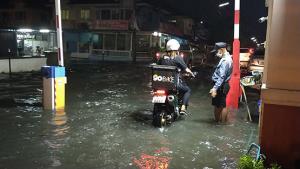 ฝนกระหน่ำปทุมฯ ย่านคลองสามอ่วมท่วมหลายหมู่บ้าน