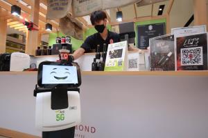 AIS โชว์ หุ่นยนต์ 5G เสิร์ฟกาแฟ-ของหวาน