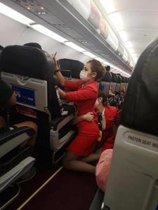 ชื่นชม! แอร์โฮสเตสสาวตั้งใจช่วยผู้โดยสารขณะเครื่องตกหลุมอากาศจนปลอดภัย