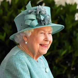 """จิบค็อกเทลสูตรราชินี ควีนอลิซาเบธทำแบรนด์ """"จิน"""" ขายหาเงินชดเชยพิษโควิด"""
