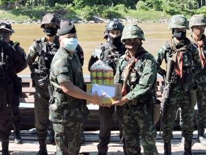 """""""รอง มทภ.4"""" ตรวจด่านชายแดนไทย-มาเลย์ตลอดแนวแม่น้ำโก-ลก ย้ำทหารคุมเข้มช่องทางธรรมชาติ"""