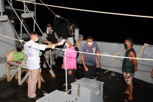 ศรชล.ภาค 1 รวบไต๋เรือพร้อมลูกเรือลอบขนน้ำมันเถื่อน 100,000 ลิตร
