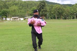 นาทีชีวิต! ทหารพราน-ตชด.หามสาวท้องแก่ลงจากดอย เกิดเจ็บท้องหนักจนคลอดลูกระหว่างทางมา รพ.