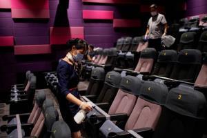 คนงานกำลังฆ่าเชื้อโรคตามที่นั่งในโรงภาพยนตร์ โรงภาพยนตร์ที่นครเซี่ยงไฮ้กลับมาเปิดให้บริการแล้วหลังจากที่ปิดยาวเนื่องจากการแพร่ระบาดโควิด-19  ภาพเมื่อวันที่ 20 ก.ค.2020  (ภาพ รอยเตอร์ส)