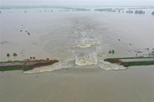 จีนระเบิดเขื่อนใหญ่ระบายน้ำสู่พื้นที่กักเก็บน้ำท่วม สกัดภัยพิบัติแยงซีฯ