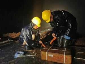 เจ้าหน้าที่กำลังระเบิดทำนบกั้นน้ำในพื้นที่กักเก็บน้ำท่วมในอำเภอเฉวียนเจียว มณฑลอันฮุย ภาพวันที่ 19 มิ.ย.2020 (ภาพซินหัว)