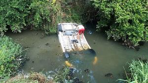 ไม่ห่วงชุดเลอะ! ชื่นชมทหารเรือโดดน้ำช่วยคนขับรถเก๋งพลิกคว่ำตกคลองอย่างปลอดภัย