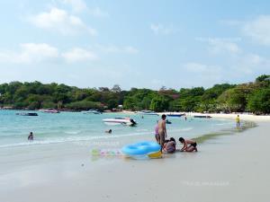 เล่นน้ำกันที่อ่าววงเดือน เกาะเสม็ด