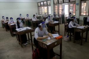 ไปดูนักเรียนพม่าเปิดเทอมวันแรกหลังปิดหนีโควิด จัดเต็มหน้ากาก-เฟซชิลด์รับนิว นอร์มอล