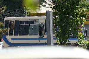 ยังเจรจาเครียด! คนร้ายพกระเบิดยึดรถบัสพร้อมจับตัวประกัน 20 คน ในยูเครน (ชมคลิป)