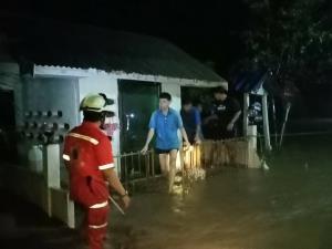 ระทึก! ฝนตกหนักน้ำป่าไหลทะลักท่วมเกือบทั้ง อ.บ้านไร่ กู้ภัยฝ่ากระแสน้ำช่วยเด็ก 5 คนติดศาลากลางหมู่บ้าน