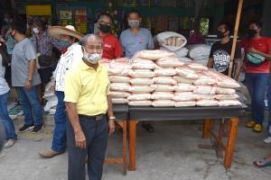 เศรษฐีใหม่หมาดๆ สระบุรี แจกข้าวสารให้ชาวบ้านกว่า 1,400 คน หลังรางวัลที่ 1 รับ 12 ล้าน