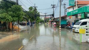 ผลพวงฝนหนักเมืองพัทยา ทำลุงฝืนขับเก๋งฝ่ากระแสน้ำถูกท่วมเกือบมิดคัน