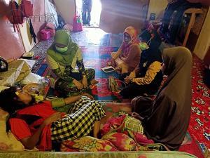 หลายหน่วยงานเยี่ยมให้กำลังใจครอบครัวหนูน้อยเหยื่อระเบิดที่ปานาเระ จนท.ค้นบ้านเพิ่ม 3 เป้าหมาย