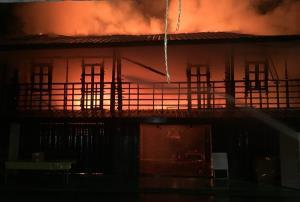 น่าเสียดาย! เพลิงพิโรธโหมลุกไหม้บ้านไม้ 2 หลัง อายุกว่า 100 ปี ใน จ.ชลบุรี