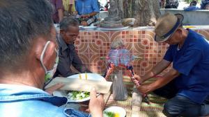 """ชาวนาอุดรไม่ทน! ทำพิธีเซียงข้องไล่ """"แม่แล้ง"""" ออกจากหมู่บ้าน เปิดทางฝนตกฟื้นชีพต้นข้าว"""
