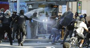 ตำรวจใช้แก๊สน้ำตา-สเปรย์พริกไทย สลายม็อบในซีแอตเติล-พอร์ตแลนด์