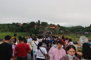 นักท่องเที่ยวทะลักสะพานมอญ หยุดยาว 4 วันคาดเงินสะพัดเกือบ 40 ล้านบาท