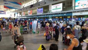 สนามบินดานังแน่นขนัดชาวเวียดนามเร่งอพยพกลับบ้าน พบติดโควิดเพิ่มอีก 11 ราย