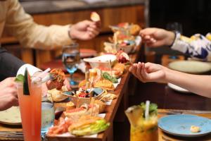 """สัมผัสรสชาติแบบสเปนแท้กับ """"ทาปาสบอร์ด"""" ที่ห้องอาหารอูโนมาส"""