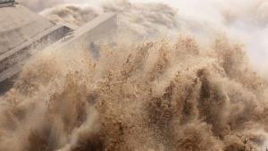 ขณะที่น้ำหลากระลอกสามก่อตัวขึ้นบริเวณแยงซีเกียงตอนบน มวลน้ำมหาศาลไหลบ่าอย่างน่าตื่นตะลึง ก็เกิดแผ่นดินไหวบริเวณตอนบนลำน้ำแยงซีเกียงเหนือเขื่อนสามผาซึ่งมีขนาดใหญ่สุดในโลก (ภาพ เอเอฟพี)