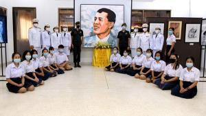 """ครูนักเรียน ร.ร.เสิงสาง ร่วมวาดภาพจิ๊กซอว์พระบรมสาทิสลักษณ์เฉลิมพระเกียรติ """"ในหลวง"""" ร.๑๐"""