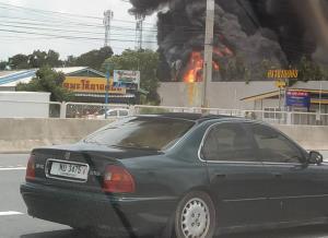 โรงงานไฟเบอร์ปทุมฯ ระเบิด ไฟลุกย่างสดเสมียนดับคากองเพลิง เสียหายกว่า 50 ล้านบาท