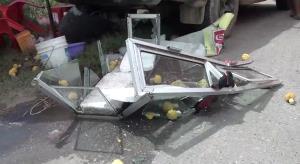 หวิดดับ! แม่ค้าขายสับปะรดจอดขายริมถนน ตู้คอนเทนเนอร์ร่วงตกใส่รถยนต์พังเสียหาย