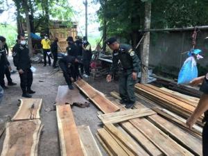 บุกจับมอดไม้เมืองงาวคาบ้าน พบทั้งตีแปะอำพราง-ซุกประดู่/ไม้สักแปรรูป แถมเจอยาบ้าซ้ำ