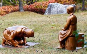 """ญี่ปุ่นกริ้ว! เกาหลีสร้างรูปปั้น """"อาเบะ"""" คุกเข่าขออภัย """"ทาสกาม"""" สงครามโลก"""