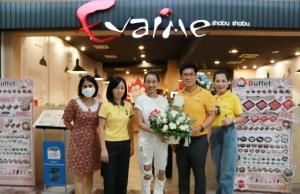 """เอ็ม บี เค เซ็นเตอร์ มอบดอกไม้แสดงความยินดีเปิดร้านใหม่ """"อีวาไอเมะ ชาบู ชาบู"""""""