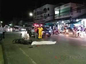 กระบะชน จยย. ชายชราคนขับกระเด็น โชคร้ายถูกเหยียบซ้ำเสียชีวิตกลางถนน